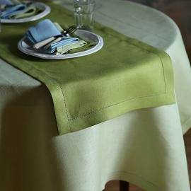 Un chemin de table en lin coloris vert forêt Emilia