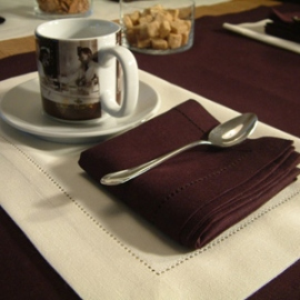 Serviettes de table Aubergine et set de table blanc cassé Una