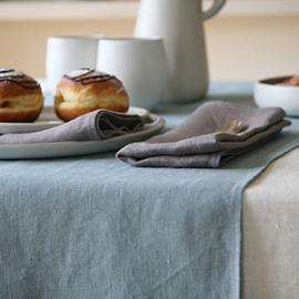 Nappe en lin couleur crème, chemin de table bleu lac, serviettes de tables naturelles de la collection Lara