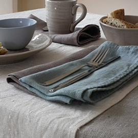 Collection Lara: nappe Naturelle, chemin de table crème, serviettes bleues lac et lilas sombre